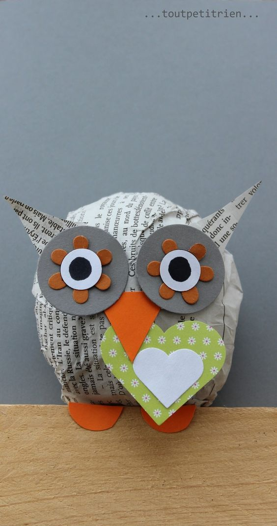 un cadre hibou avec une boule de papier journal et www. Black Bedroom Furniture Sets. Home Design Ideas