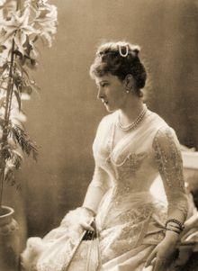 Elisabetta d'Assia-Darmstadt , figlia di  Luigi IV ed Alice , figlia della Regina Vittoria e quindi sua nipote.Sposa Sergio Granduca di Russia