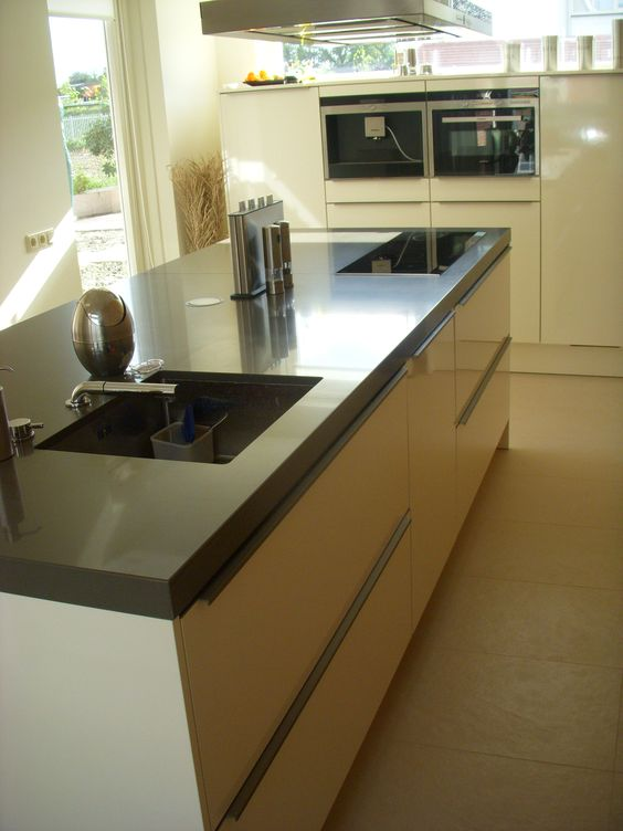 Voorbeelden Schiereiland Keuken : Moderne keuken met opgelegde greep, opgedikt composieten werkblad