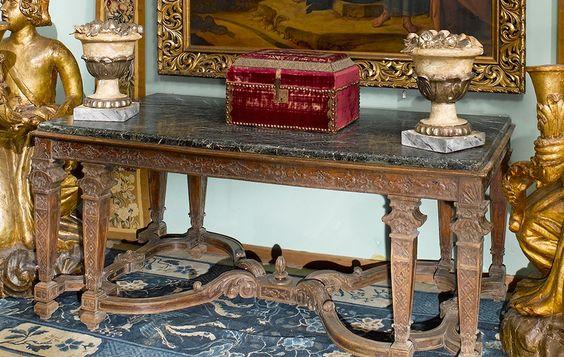 Grande table de milieu en bois mouluré et sculpté De forme rectangulaire, elle repose sur huit pieds gaine réunis deux à deux par une entretoise double à décor d'agrafes feuillagées. Style Louis XIV. XIXème siècle Plateau de marbre vert portor