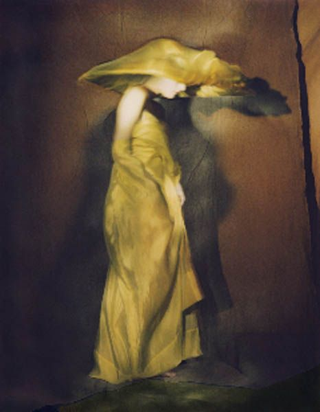 Paolo Roversi · Guinevere in yellow Dress · 1996Verfügbarkeit anfragen  Check availability