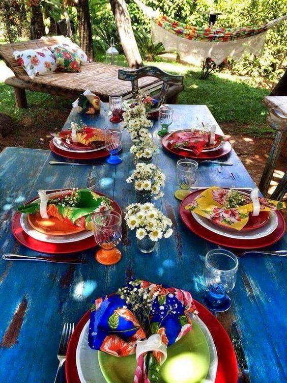 mesa de verão com guardanapos em chita: