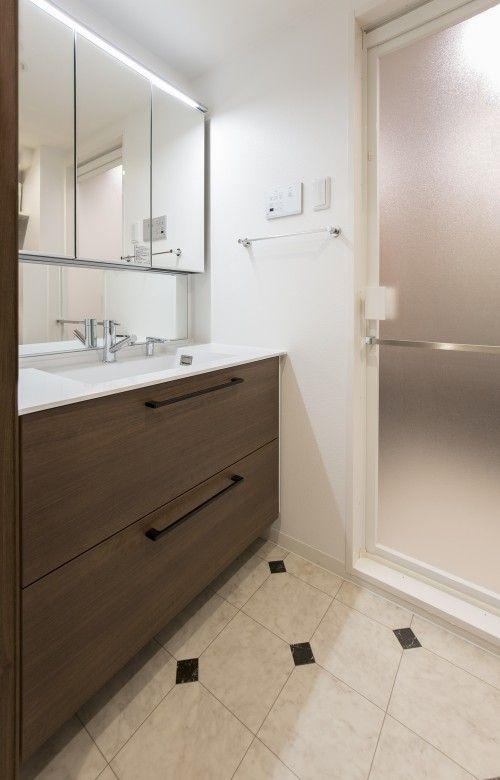 既存の位置と向きを変えた洗面は こだわりのパーツを組み合わせて自分