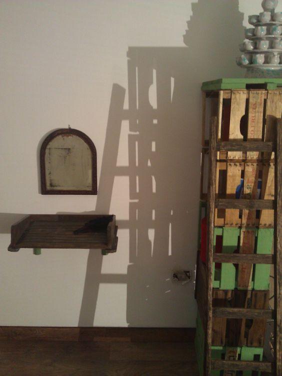postazione con spechio antico e mensola poggia-tutto realizzata ... - Mensole Con Assi Di Legno
