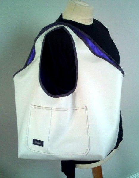 Superschöne, große Tasche/Shopper aus weissem Kunstleder. Ausgekleidet mit lila Satin und abgesetzt mit grauem Schrägband. *Ein absoluter Hingucker*,