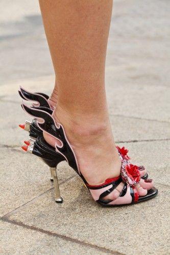 Sandália doidaça vermelho preto rosa com baton: Fashion Failures, Fashion Weeks, Extravagant Shoes, Killershoes Bags, Prada Aka, Funniest Shoes, Prada Flame, Chooz Shoes, Crazy Shoesss