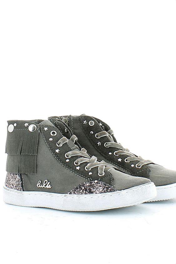 Sneaker in pelle grigia, con paillettes sul tallone e laterale, zip interna per facilitare la calzata; frange sulla caviglia tipiche del marchio Lulù. Un vero e proprio gioiello ai piedi della tua bambina! Buy them on: http://www.langolo-calzature.it/it/bambina/sneakers-e-scarpe-sportive/sneaker-frangetta-in-pelle-grigia-con-paillettes