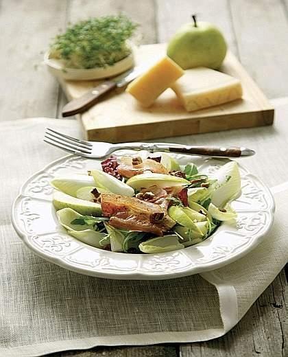 Insalata di cicoria belga, pancetta affumicata e pere
