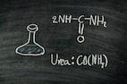 """Urea Harnstoff Urea, auch Harnstoff oder Carbamid genannt, ist ein natürlich vorkommende Substanz und kommt überall im menschlichen Körper vor. Was ist Urea? Urea ist ein wichtiges Feuchthaltemittel der Hornschicht und entsteht als Endprodukt des Eiweißstoffwechsels.Es ist mit ca. 7% ein wichtiger Bestandteil des natürlichen Feuchthaltfaktors (""""NMF""""). Harnstoff löst somit keine Allergien aus und das …"""
