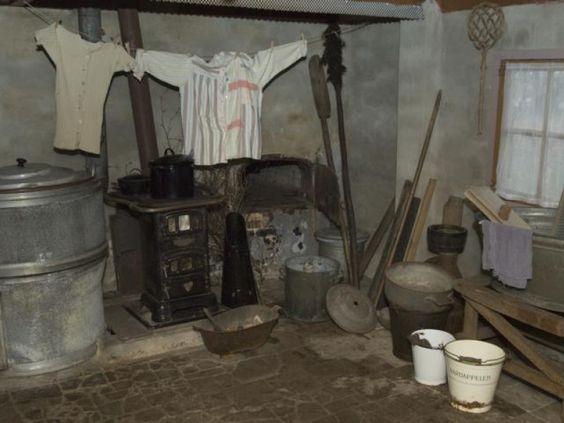 Kijkje in de keuken van museumboerderij Mariahoeve in Putten. Alles is in oude staat gebleven, zoals de kachel, emmers, mattenklopper en de wasteil. De museumboerderij is genomineerd voor de bokaal Buiten Gebeurt Het, een prijs van de Stichting Vernieuwing Gelderse Vallei.foto Ruben Schipper