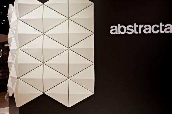 Der Absorber Bits Wall nutzt die Wandfläche, um die Akustik Eines Raums zu verbessern. Die Dreiecksform sorgt nicht nur für eine verspielte und ansprechende Optik, sondern bricht auch Schallwellen auf wirksame Weise und sorgt so für Eine bessere Raumakustik. Jedes Modul besteht aus schallabsorbierenden Polyesterfasern mit einer Wollschicht an der Außenseite. Mit Hilfe versteckter Blechbeschläge …