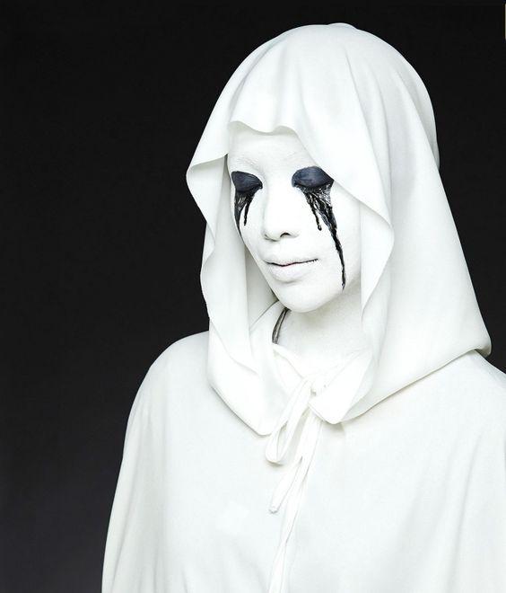 weiße Robe mit Kapuze und schwarze Tränen