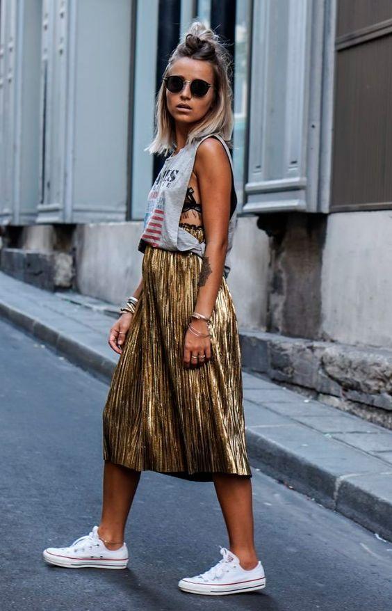 camille callen com saia plissada dourada + camiseta regatona + tênis. Look chique despojado