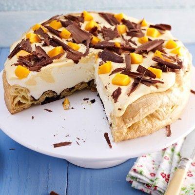 Buttermilch-Mango Torte - Brandteigtorte - Brandteig mit Schokoladenglasur darüber Sahne-Buttermilch-Creme und Mangos dazu Mango-Sahne-Buttermilch-Tuffs und Schokoraspeln - mal was anderes - http://www.aurora-mehl.de/de/Backrezeptansicht/Buttermilch-Mango-Torte-101