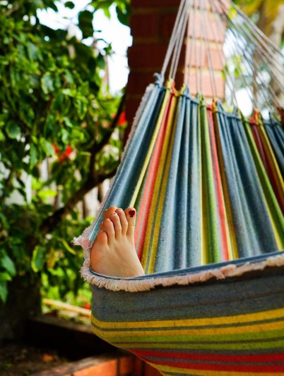 there's my little toes hangin' off my bitchen' hammock! ... i want a hammock!