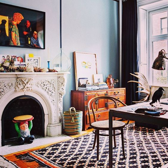 «#decasapramodablog #decasapramodainspira #interiores #interiordesign #lareiras #decor #instacolors #instahome #tapetes #decoracion #arqideia #habitacion…»