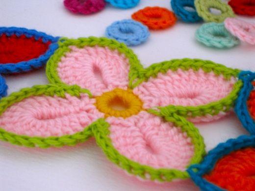 Per tutte le appassionate di uncinetto ecco i coloratissimi fiori hawaiani. Ho torvato le istruzioni in inglese sul Blog Whipup, sono così belli che non ho resistito...