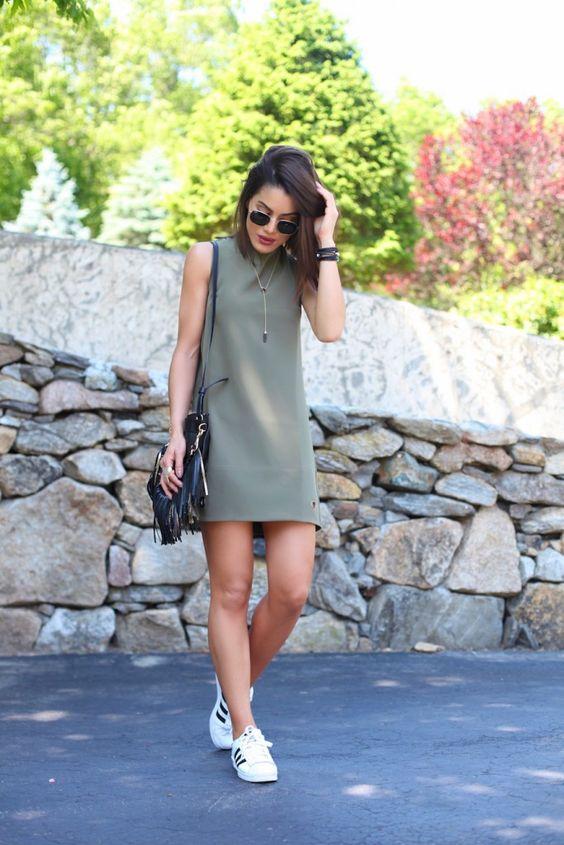 vestido verde militar, tênis branco