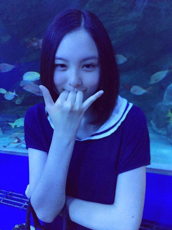 水族館の中でポーズを決めている渡邊璃生の画像