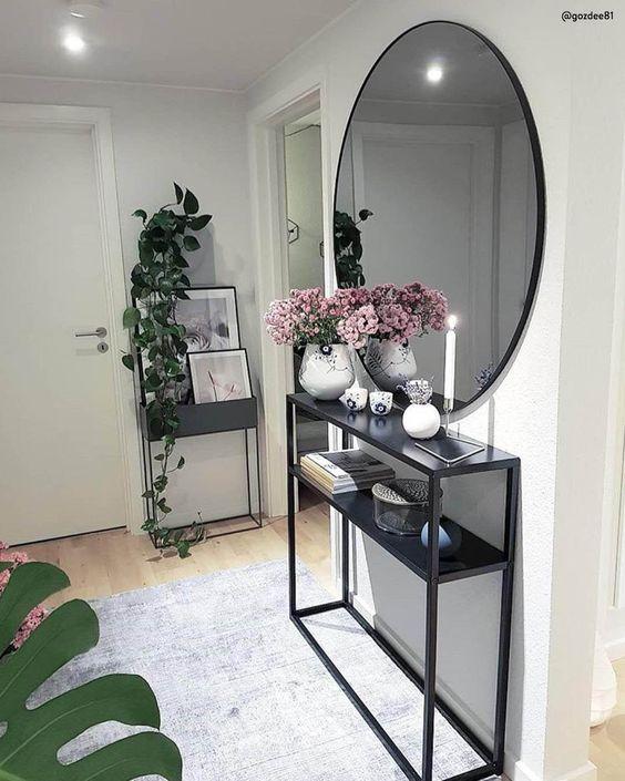 Trucco per SPAZI PICCOLI - corridoio ed ingressi sono raramente molto spaziosi, allora ci vuole un'idea per renderli più grandi! Basta uno specchio grande a dare l'illusione di profondità.   📸 @gozdee81 // Consolle Casa Ingresso Entrata Nero Specchio Rotondo Piante Tappeto Idee Arredare Spazi Piccoli Appartamento #homedecor #faidate #decorazioni #shabbychic #casamoderna