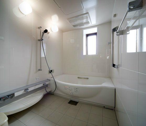 外階段を内階段に変更し 廊下幅をゆったりとった明るい玄関が印象的なお住まい 2020 浴室リフォーム 廊下 幅 外階段