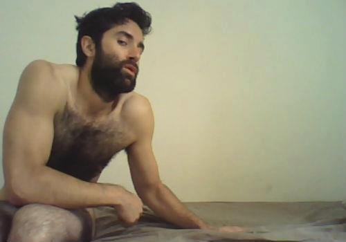que hermoso macho barbudo y peludo
