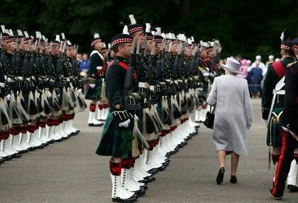 epa05401746 Britain's Queen Elizabeth II (Front-C) attends the Ceremony of the Keys at the Palace of Holyroodhouse in Edinburgh, Britain, 01 July 2016. The Queen and her husband Prince Phillip, Duke of Edinburgh are on a seven day visit to Scotland. EPA/JOEY KELLY