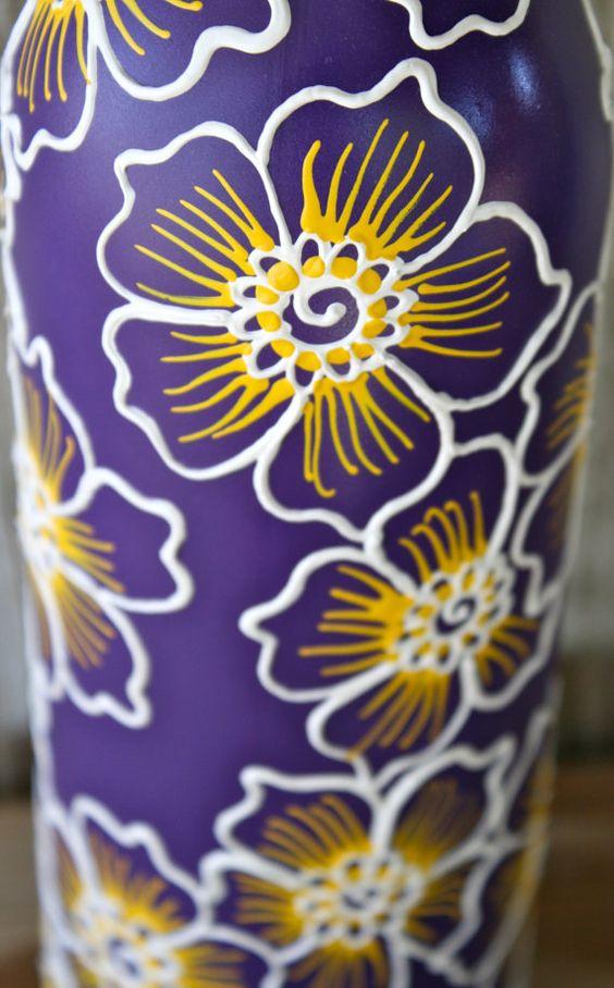 Bemalte Wein Flasche Vase auf Gefahren lila weiß und von LucentJane