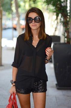 blusa negra, short de lentejuelas negras