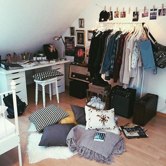 Das Bild ist schon alt....✌️Ich weiß nicht ob es damals besser aussah als jetzt✌️Naja jedenfalls bin ich jetzt aber auch sehr zufrieden mit meinem Zimmer☺️Wollt ihr mehr Bilder von meinem Zimmer #room#meinkleinesschöneszimmer#grungestyle#mypic