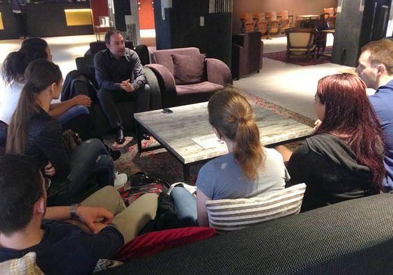 Dr. Roberto Suarez Candel von der European Broadcasting Union im Gespräch mit Medien- und Eventmanagement-Studierenden der HMKW Berlin.