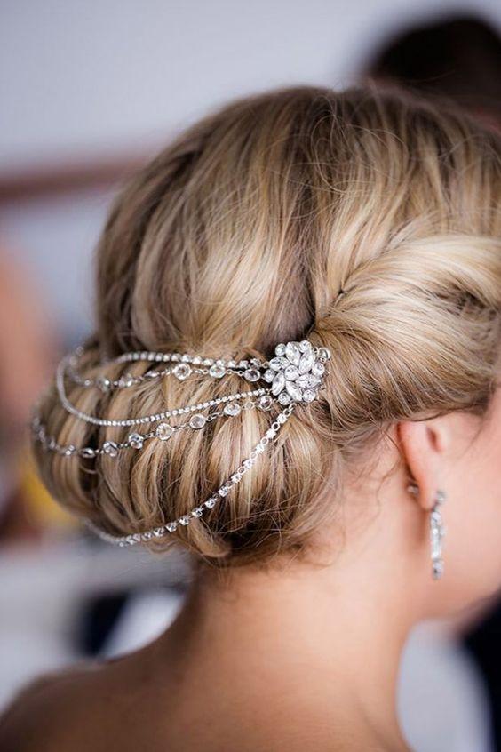 Une idée de coiffure romantique pour un mariage.
