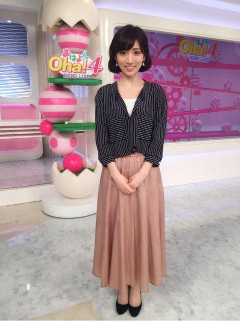 内田敦子大きく開いたシャツとスカート