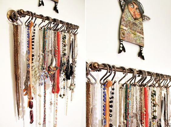 Puedes organizar tus collares con un toallero y algunos ganchos de cortina de ducha.