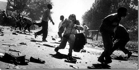 Galería de fotos. Kevin Carter trabajando en medio de la lucha callejera, fotografiado por su colega Ken Oosterbroek. #Apartheid