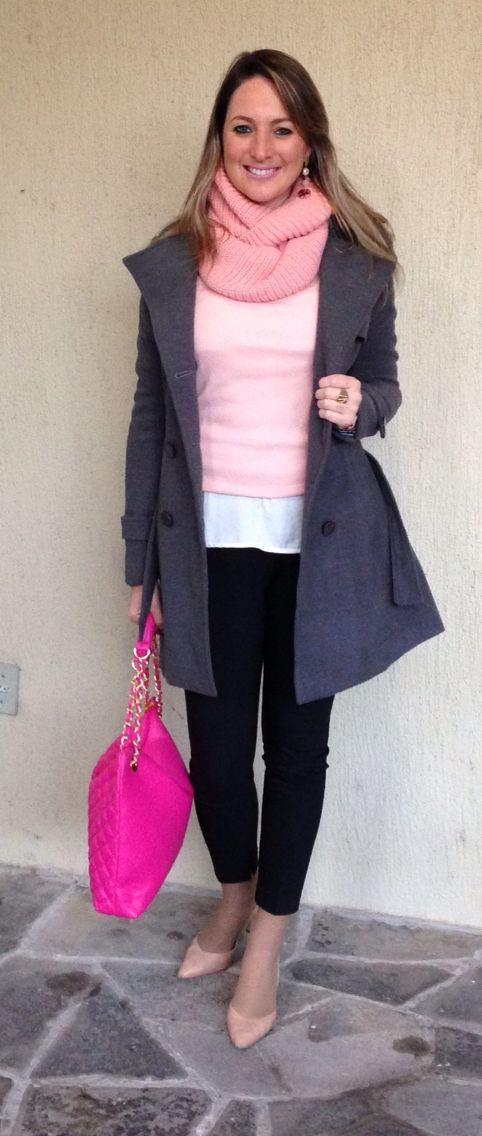 Look do dia - look de trabalho - moda corporativa - preto e branco, cinza e rosa  - white trench - bolsa pink - casaco cinza - grey coat -