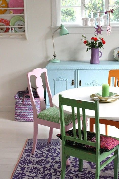 rug: Dining Rooms, Mismatched Chairs, Painted Furniture, Dining Table, Color, Living Room, Painted Chairs, Kitchen Table