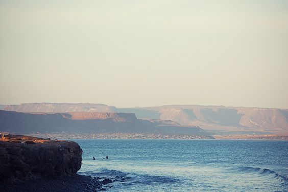 scorpion-bay-desert-mountains-guys-surfing-600x399px-100perc.jpg (600×399)