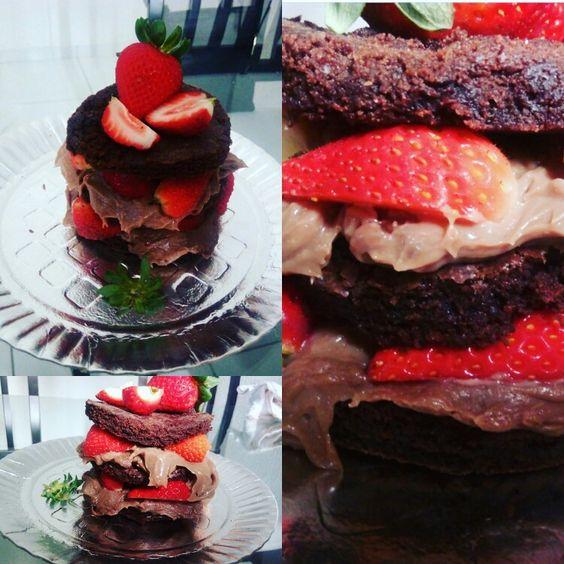 Mini bolo brownio de morangos