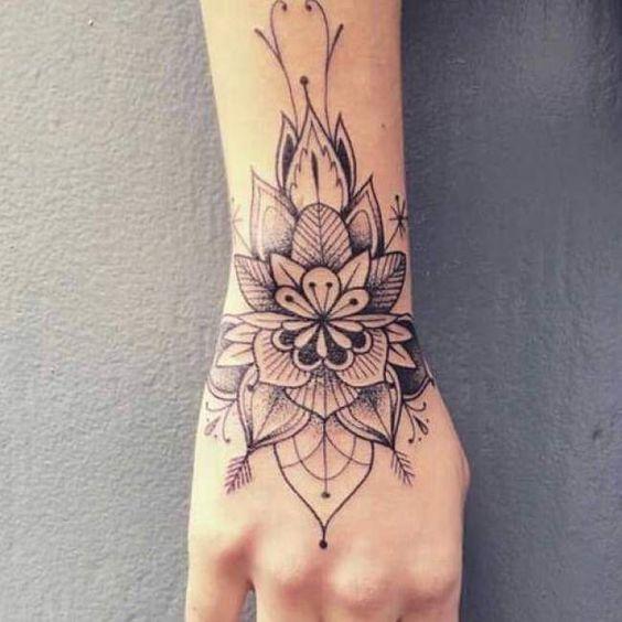 Tatouage femme Fleur Noir et gris sur Poignet