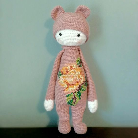A little Bina to brighten your day.  I made this for my youngest daughter. It took 3-4 days to complete, and she absolutely loves it :-) Bina the Bear pattern is from lalylala and I added the rose from her free Rita the Rabbit modification.
