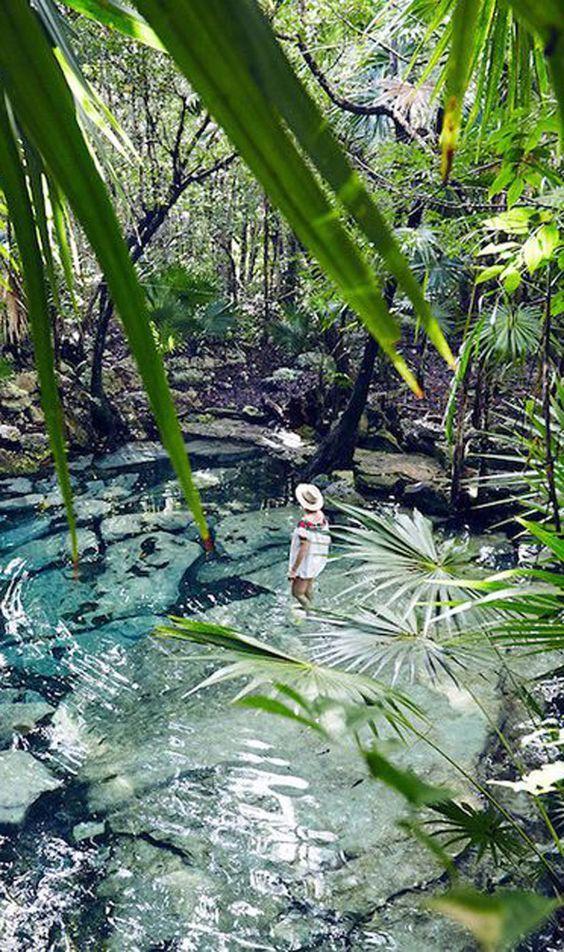 À chaque pays ses merveilles naturelles et ses endroits uniques au monde. Au Mexique, et plus précisément dans la péninsule du Yucatán, c'est les cénotes, ces gouffres en partie remplis d'une eau douce et cristalline, qui attisent la curiosité des voyageurs..: