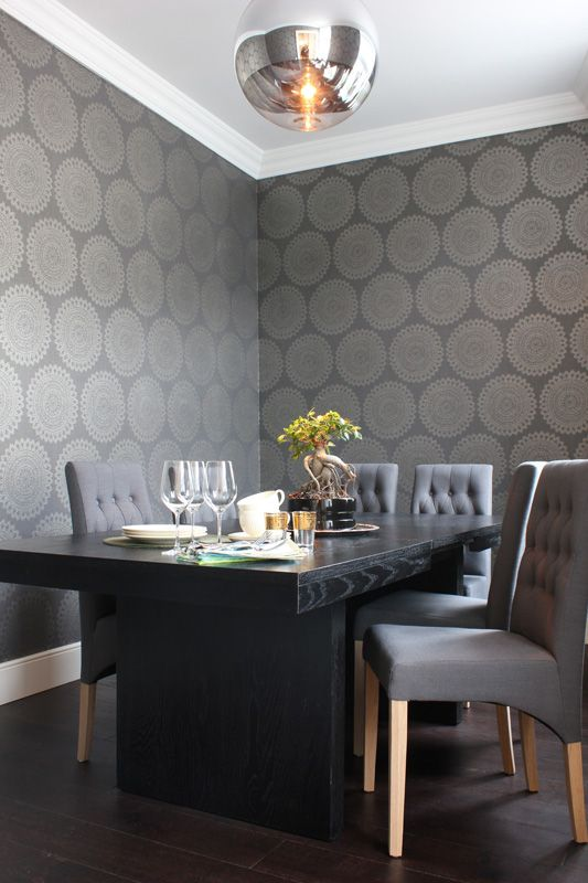 Moody grey and black dining room. Photo by Trine Midtsem Bjorg Owren IFI (via mariannedebourg.no).