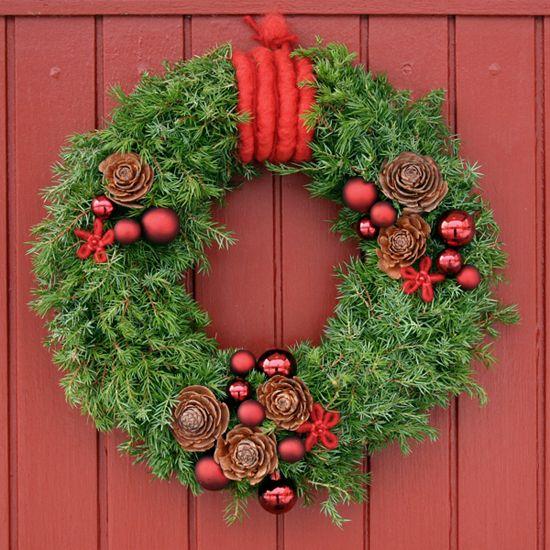 http://holmsundsblommor.blogspot.se/2011/12/dorrkrans.html Julig dörrkrans