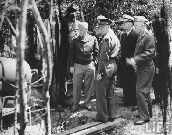 Les généraux du Pentagone (Marshall, Arnold et l'amiral King), accompagnés par Eisenhower et Bradley, ont été voir les canons de la Pointe du Hoc, 12 july 1944.
