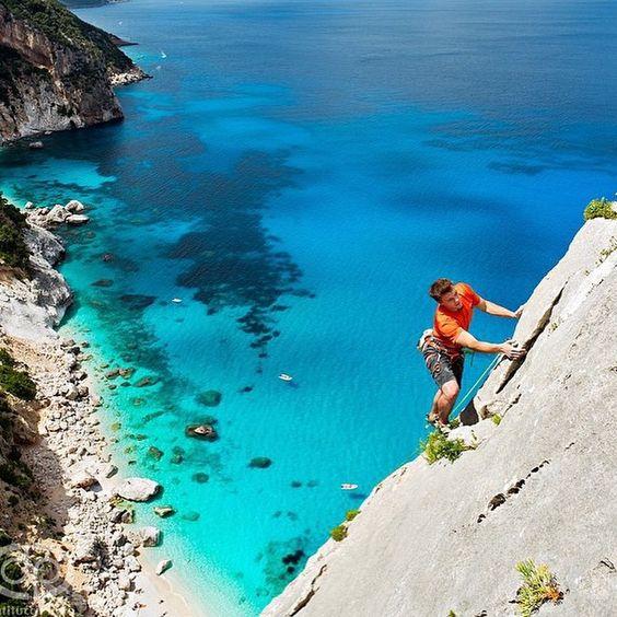 A belíssima Cala Gororitzè fica na costa nordeste da Sardegna. ��☀️��☀️��☀️��☀️��☀️��Foto de @danpatitucci ✅