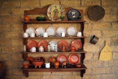 Platos en la pared de la cocina antigua en m xico foto de for Cacharros cocina