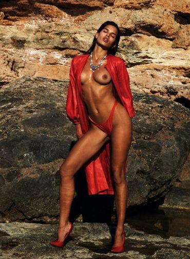 Raica posa de topless para revista francesa Foto: French Revue de Modes / Reprodução