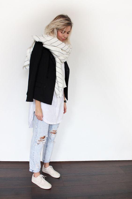 An diesem Sneaker Outfit kommen einige Modetrends zusammen. Zu den auffälligem Oversize Shirt und ripped Jeans passen schlichte, weiße Low Top Sneaker.