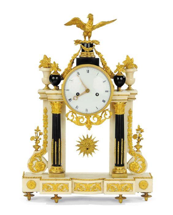 Orologio a tempietto in marmo bianco e nero arricchito con fregi in bronzo…